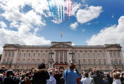 Man arrested in UK after climbing Buckingham Palace gates