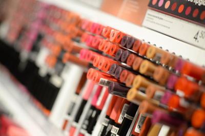 Más de la mitad de cosméticos a la venta tienen ingredientes tóxicos, advierte un estudio