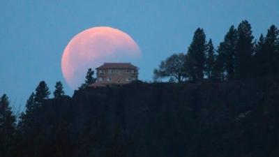 Unusually short total lunar eclipse dazzles skywatchers