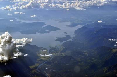 1 dead, several rescued after boat takes on water on Lake Pend Oreille