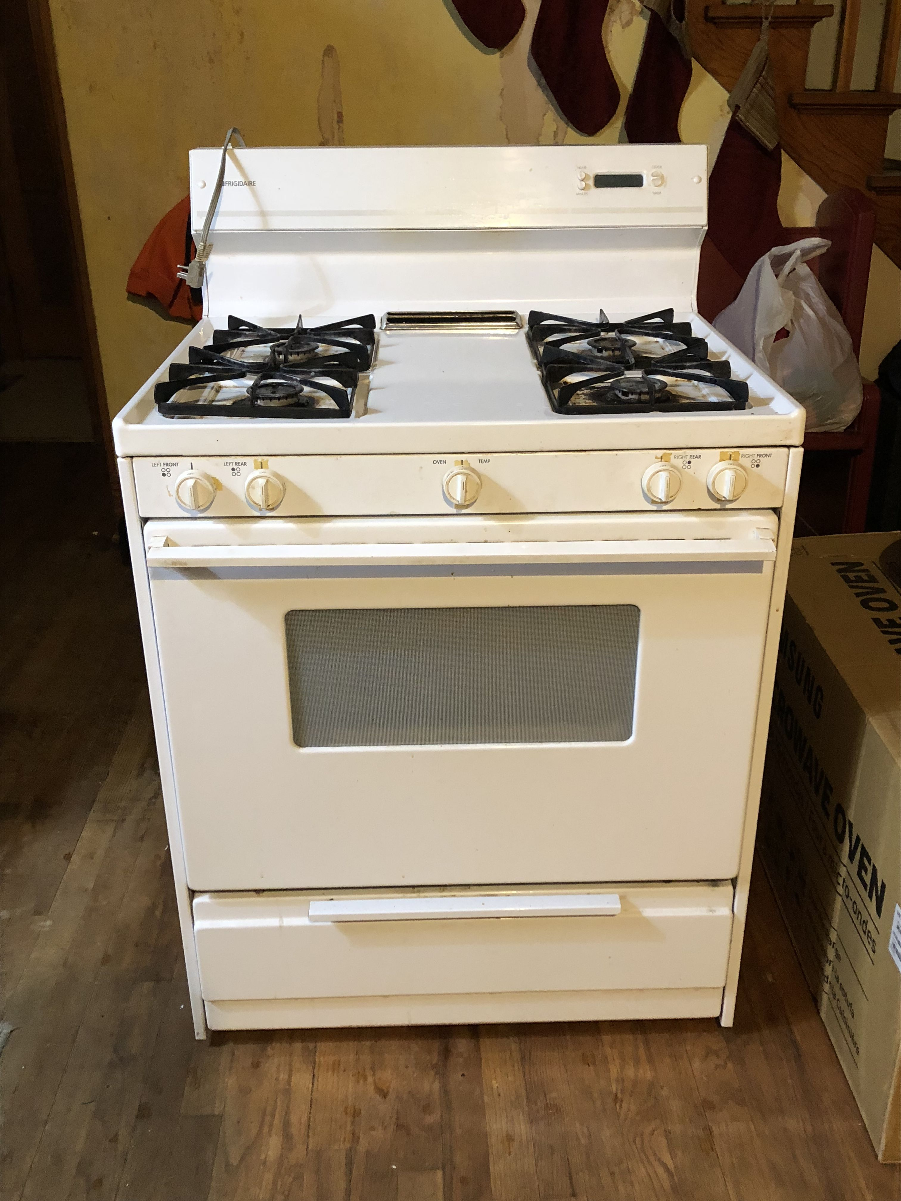 Stove & dishwasher image 1