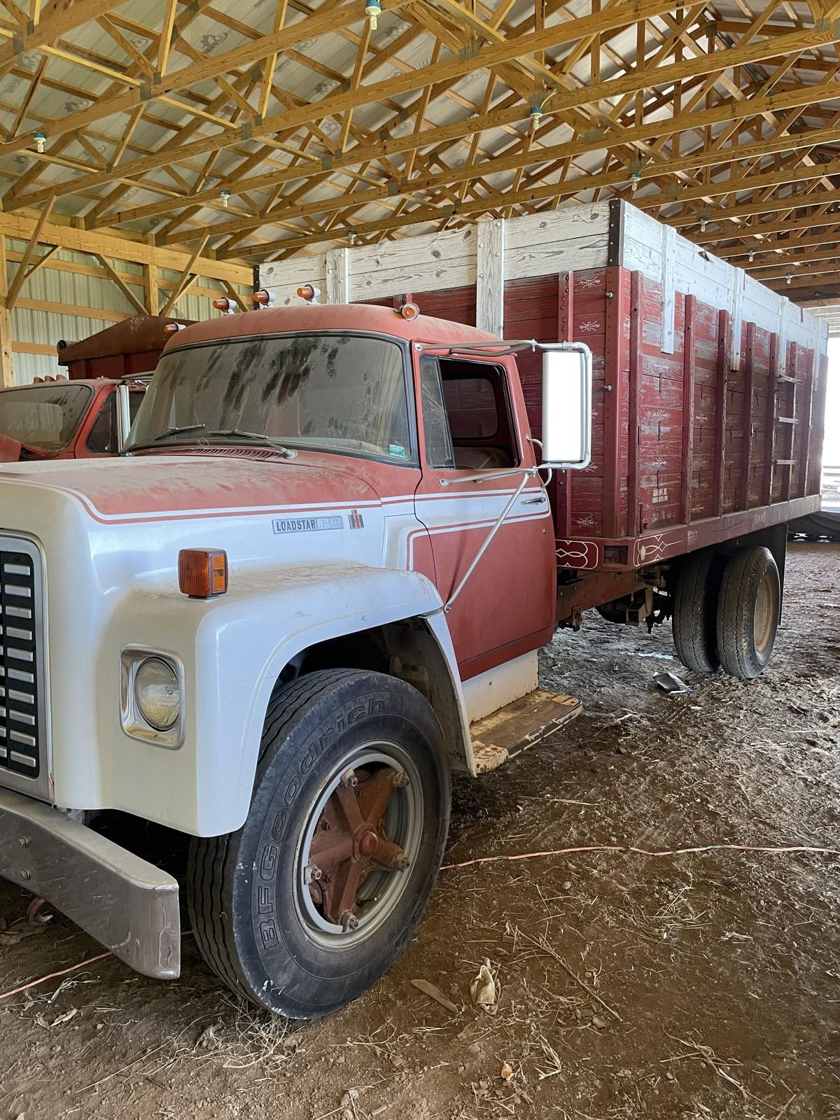 1977 International truck image 1
