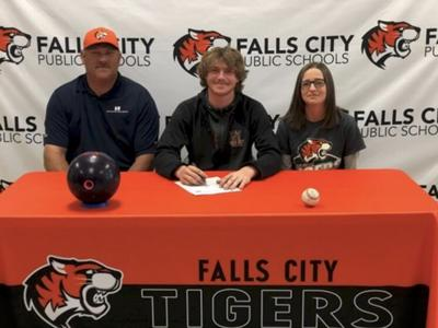 Stephen Acton signs with Peru State