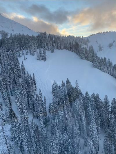 Man dead in avalanche that caught group of snowmobilers