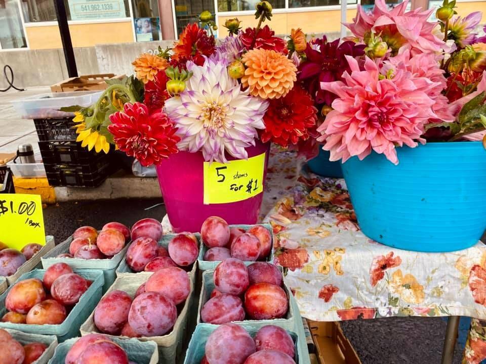 La Grande Farmers Market flowers and fruit 2021