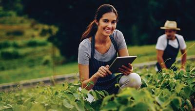 farmer-on-tablet-in-field.tif