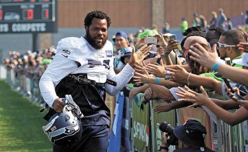 Seahawks' Michael Bennett Plans To Sit During National Anthem Throughout 2017 Season