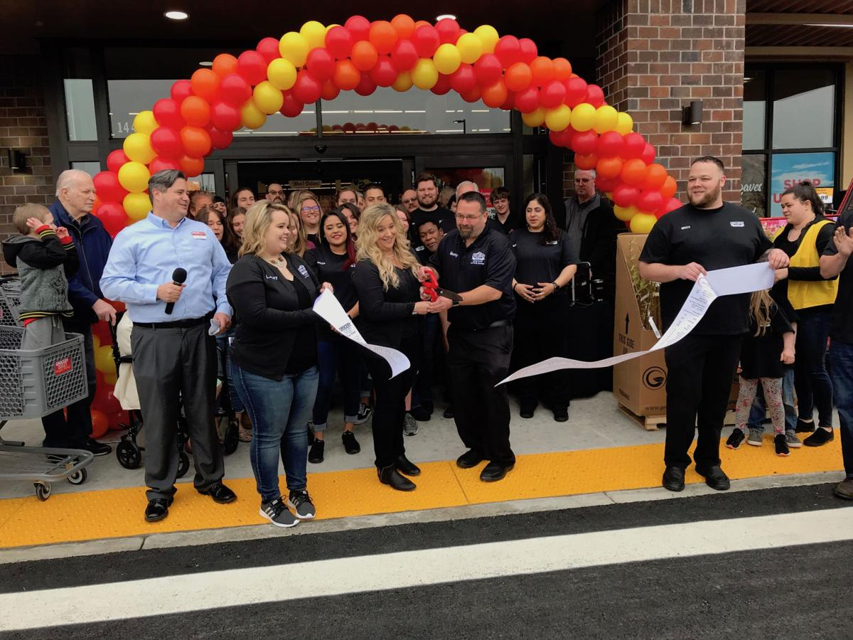 Hundreds take to Grocery Outlet opening
