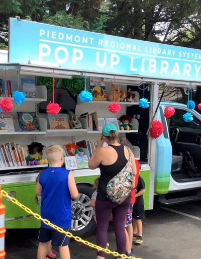 POP-UP LIBRARY IN COMMERCE