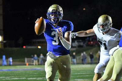 Brentwood QB Cade Granzow walks in for a TD to tie the game at 7-7 early on