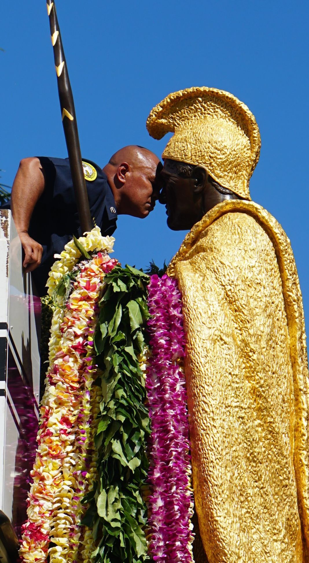Honi between HFD Captain Ocean Kaowili and King Kamehameha