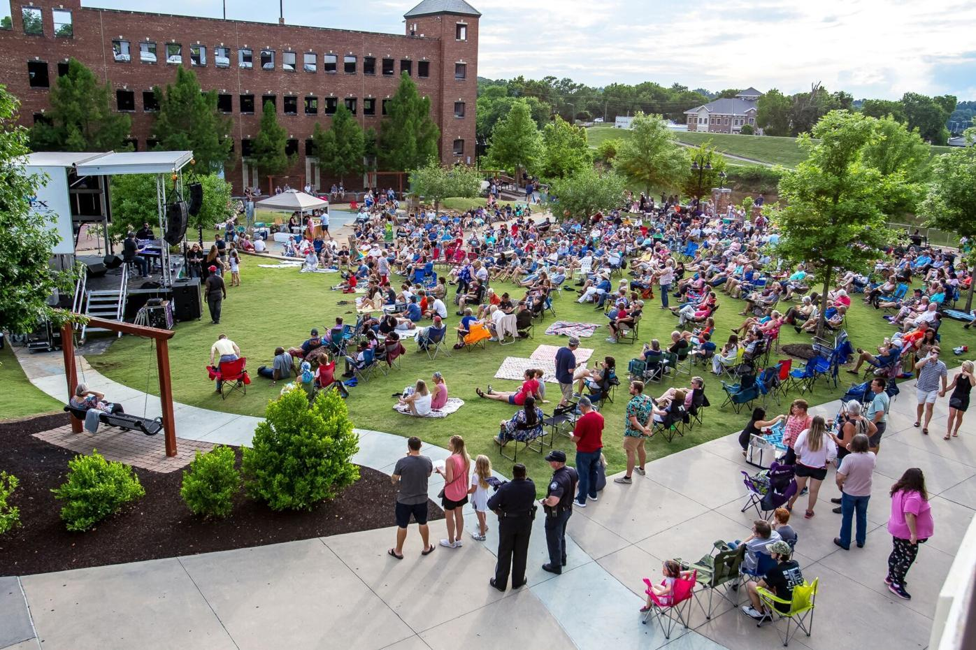 Dueling pianos wow crowd at First Friday concert