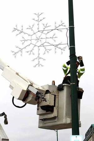 The new snowflake lights were purchased by the Chamber with the help of Public Utilities, MLEC, Rotary, the Retail Committee and the Fire Relief Association.