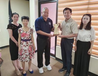 Mayor with Falun Dafa