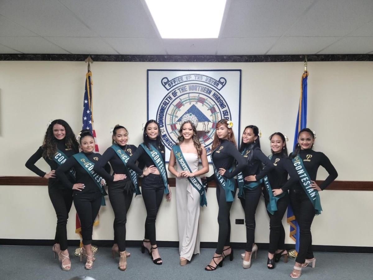 contestants with reigning queen