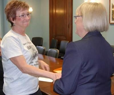 Kennewick Woman Meets With Sen. Murray to Bring Brother's Remains Home From Vietnam