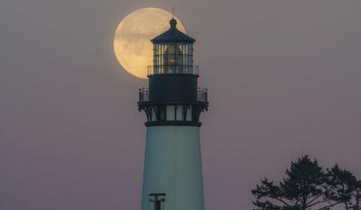 Supermoon-and-lighthouse