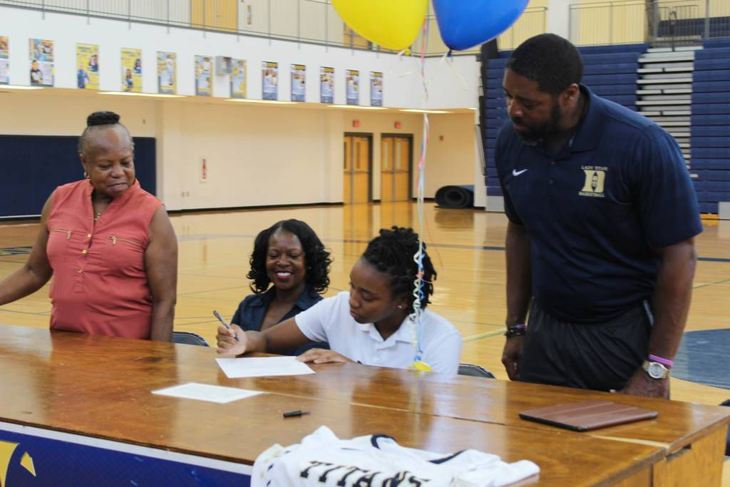 Drew graduate Aizia Travis to play basketball at the University of the Virgin Islands