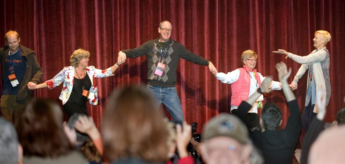 Conga line dance, charming guests complement films on event's 4th day