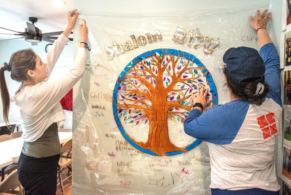 UI school delivers mural to Chabad Center: 'They are adding light'