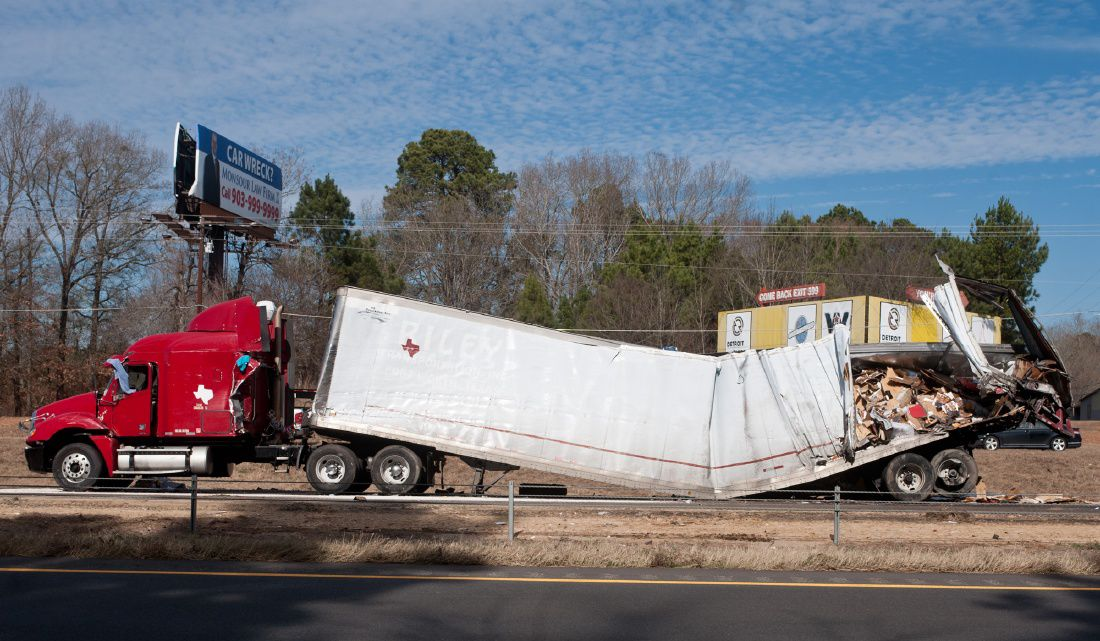 2 killed in wreck involving 5 tractor-trailers on I-20
