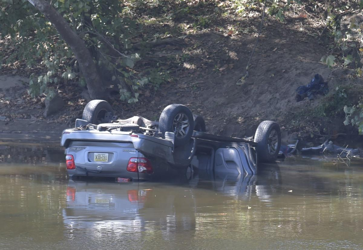 Vehicle in James River 01