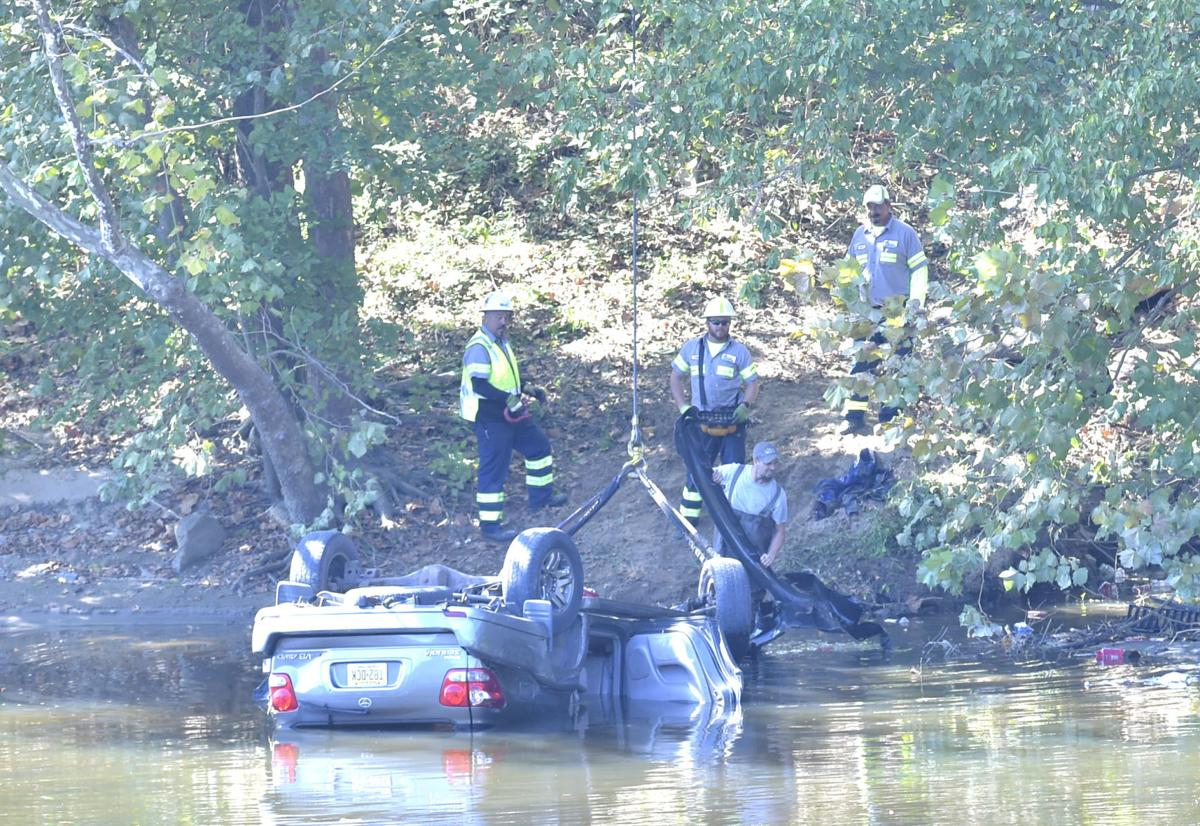 Vehicle in James River 02