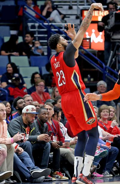 Anthony Davis leaves Pelicans' game with shoulder injury