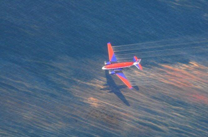 Spray planes apply dispersant to BP oil spill
