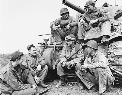 Ernie Pyle with a tank crew of the 91st Tank Battalion