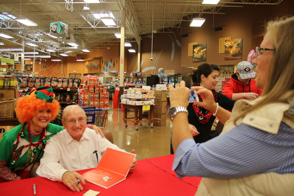 Vince Dooley signs autographs at Kroger
