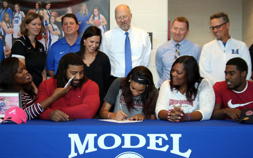 Victaria Saxton signs with South Carolina