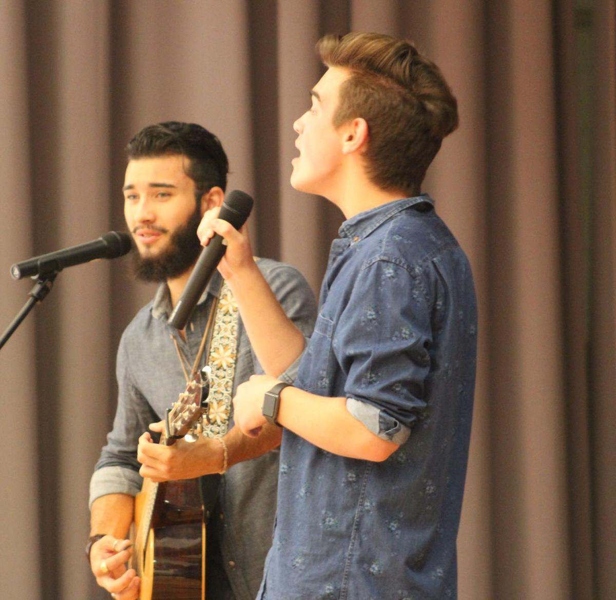 American Idol contestants perform at Youngs Grove Elementary School ...