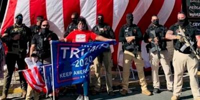Nayda Venegas Brown - senadora PNP - posa en foto en actividad a favor de Trump con hombres cargando armas largas - Foto via Twitter - octubre 19 2020