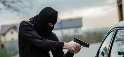 Le quitaron su auto a punta de pistola.