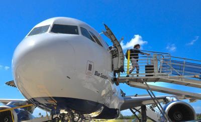 Avion - aeropuerto - Aguadilla - Foto via Twitter Director Puertos - abril 1 2021