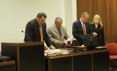 Wanda Vázquez con sus abogados, durante la vista de Regla 6.