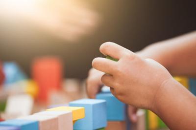 Niño - jugando - Foto via Freepik - mayo 5 2020