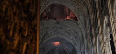 Se conmociona el mundo al ver arder la catedral Notre Dame de París