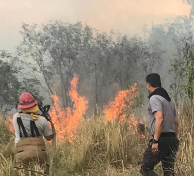 Exjefe de Bomberos llega a combatir incendio en Coamo