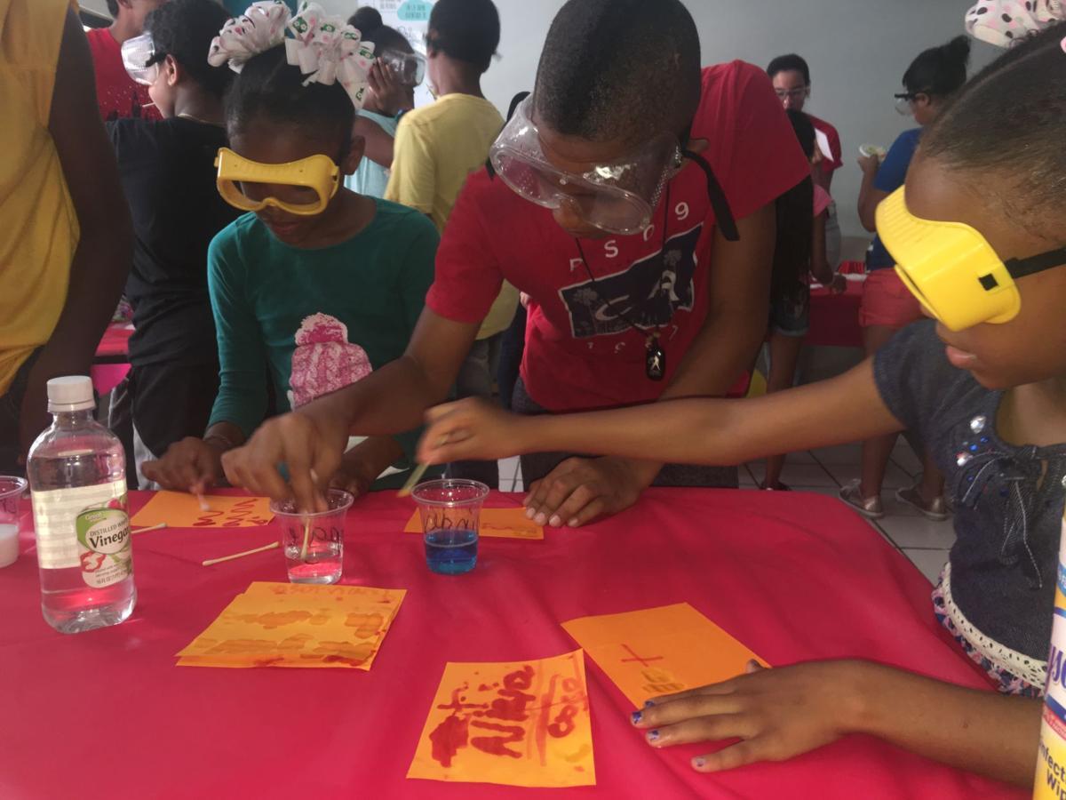Estudiantes participan en taller.