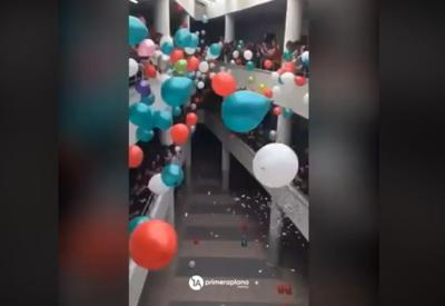 Video - estudiantes reciben a su profesor luego de 8 meses de quimioterapia - Captura de pantalla - mayo 20 2019
