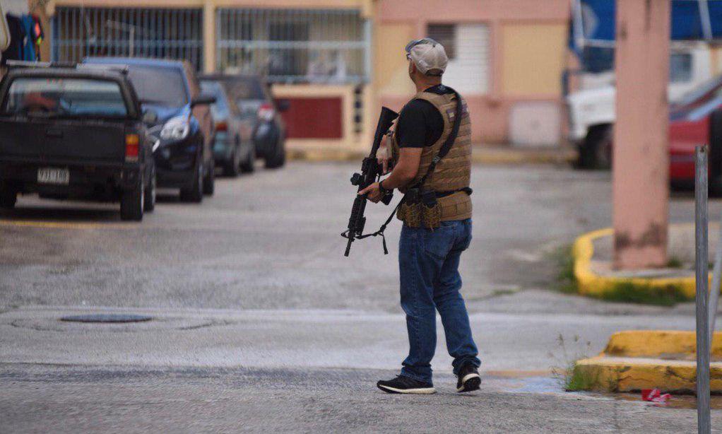 Policia agente arma larga