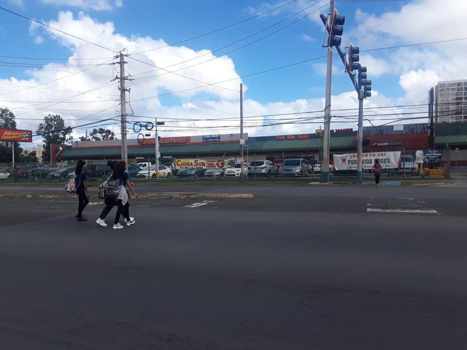 Estudiantes cruzando la calle - semaforos apagados - enero 24 2019