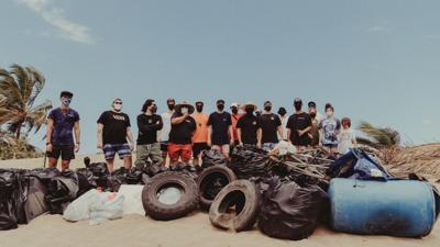 Voluntarios recogen basura de playas de Dorado - Foto via Twitter @Gvbelopez - marzo 26 2021