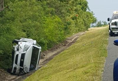 Choque - auto volcado - expreso - Foto suministrada Cybernews - julio 23 2020