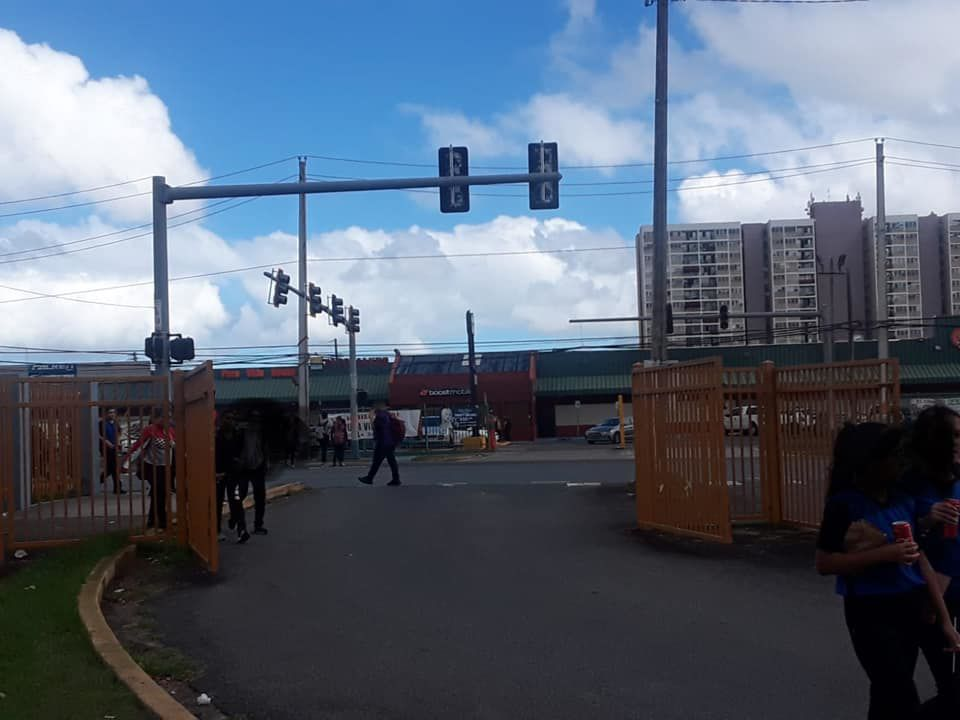 Semaforo apagado frente a escuela - enero 24 2019