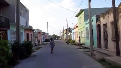 Mujer caminando - calles - Puerto Rico - Captura de pantalla - septiembre 13 2019
