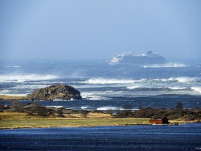 Crucero noruego ya navega por sí mismo y suspende evacuación de pasajeros