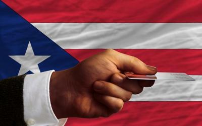 Deuda Puerto Rico - tarjeta - mano - marzo 15 2019